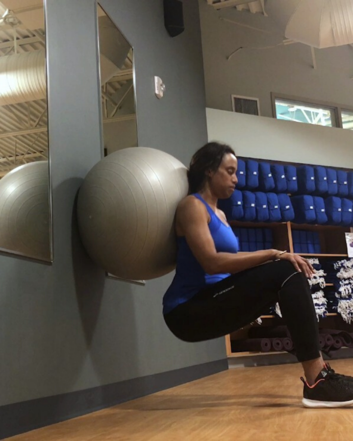 waomn using stability ball exercises